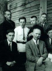 2.Nepriklausomybės paminklo kūrėjas, skulptorius Juozas Zikaras (centre) su Panevėžio valstybinės gimnazijos Meno kuopos dailės sekcijos nariais. 1923 m. Nuotrauka iš privačios kolekcijos