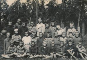 Karsakiškio (?) pradžios mokyklos moksleiviai su mokytoju Stasiu Šneideriu. Apie 1943 m. Nuotrauka iš Jūratės Šneiderytės-Degutienės asmeninio archyvo