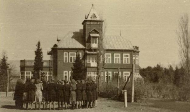1.Moksleiviai prie Česlovo Petraškevičiaus vilos Panevėžyje. Nuotrauka iš privačios kolekcijos