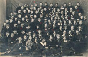 """Panevėžio moksleivių literatų būrelio """"Meno kuopa"""" nariai su kuopos globėju mokytoju Petru Rapšiu. 1-as Stasys Šneideris, 2-as Aloyzas Žemaitis, 3-ias Bronius Stasiukaitis, 4-as Petras Rapšys, 5-as J. Klivečka, 6-as Povilas Bukavičius, 7-a Liucija Žitkevičiūtė (vėliau Sukauskienė), 8-as Bronius Marmakas, 9-as Pilypas Žukauskas-Narutis. Fotogr. J. Žitkaus. Panevėžys. 1935 m. PAVB F68-122."""