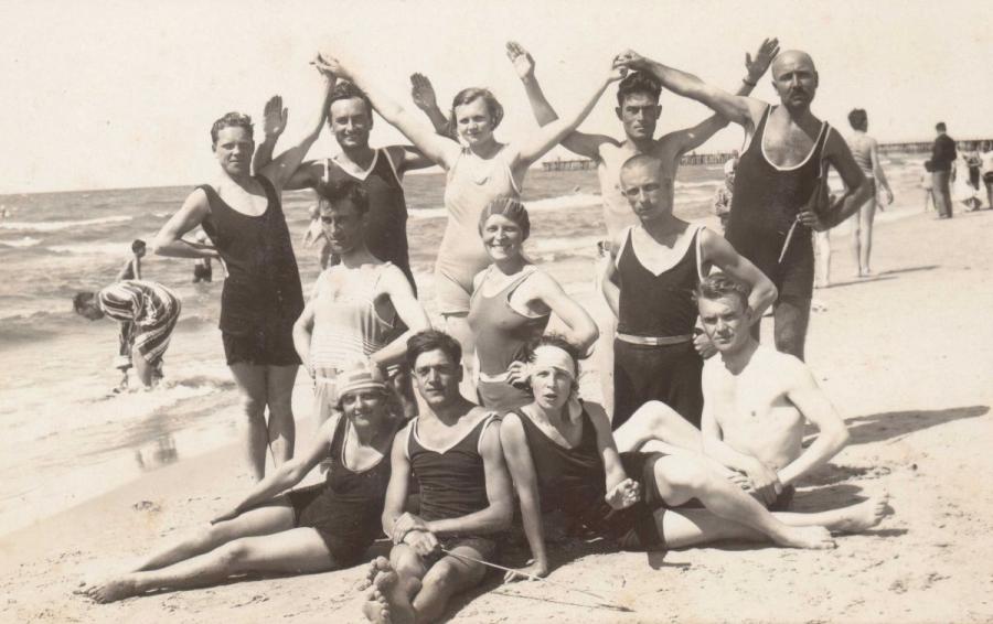 Pedagogai Julija ir Petras Rapšiai su kolegomis Palangos pliaže. 2-oje eilėje centre – J. Rapšienė, 3-ioje eilėje iš kairės 2-as P. Rapšys. 1930 m.