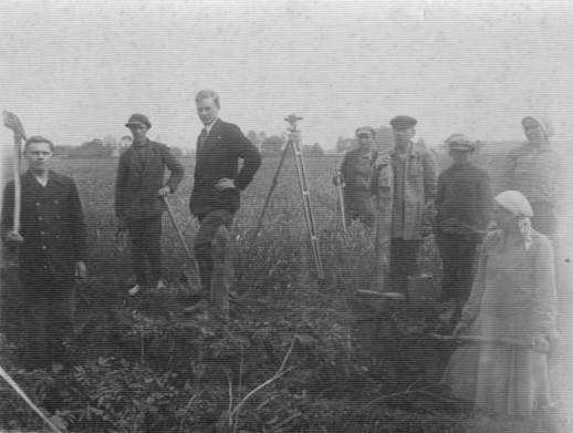 1.Matininkai Lietuvos laukuose. Nuotrauka iš Panevėžio kraštotyros muziejaus rinkinių