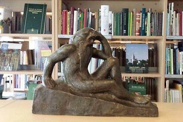 """1. Panevėžio apskrities Gabrielės Petkevičaitės-Bitės viešajai bibliotekai padovanota """"Nevėžio"""" skulptūrėlė. G. Petkevičaitės-Bitės viešosios bibliotekos nuotrauka"""