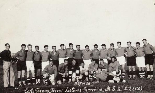 """Po pirmųjų tarpvalstybinių rungtynių Panevėžio """"MSK"""" futbolininkai. 1937 m. Nuotrauka iš Panevėžio kraštotyros muziejaus rinkinio"""