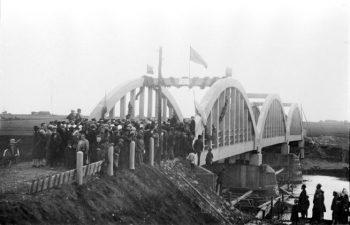 """16. Tiltas """"Prezidentas Smetona"""" per Mūšą. Pasvalys, 1928 08 10. Fotogr. P. Ločeris"""