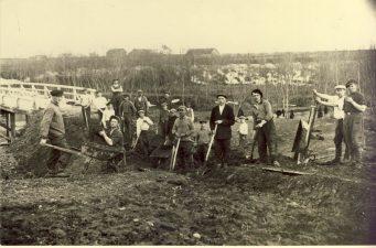 """1. """"Zimagorai"""" – griovių kasėjai Kupiškyje prie vadinamo """"atodūsių"""" tilto apie 1937 m."""