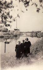 7. Trys Panevėžio mergaičių gimnazijos VIII a klasės gimnazistės prie Nevėžio upės paskutinio skambučio dieną. 1939 m.