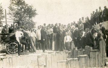 12. Saločių tilto statyba. Saločių tilto statybos darbų atidarymo dalyviai. Apie 1929 m. Fotogr. Chaitas Icikas