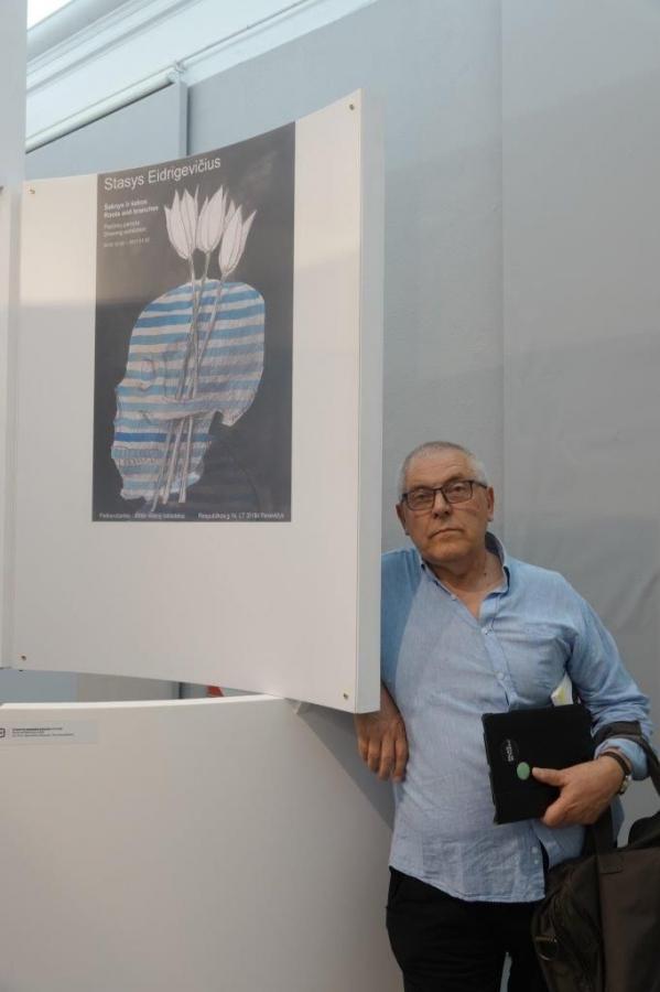 Dailininkas Stasys Eidrigevičius prie savo kūrinio 26-oje Tarptautinėje Varšuvos plakatų bienalėje