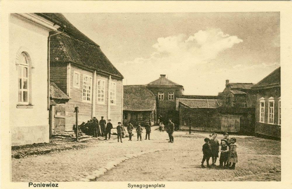 Panevėžys, Sinagogų aikštė apie 1915 metus (aikštės gilumoje – vandens pompa)