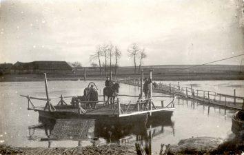 8. Plaustas Mušos upėje, netoli tilto, kuris stovėjo iki 1930 m. Saločiai. Fotogr. Jaskaun