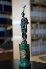 """2008 m. G. Petkevičaitė-Bitė """"Respublikos"""" dienraščio skaitytojų pasiūlyta """"Respublikos"""" nacionalinių vertybių rinkimuose 2008"""" ir rinkimų komisijos nominuota kaip """"Žmogus – istorinė asmenybė"""". Šiai nominacijai skirtą V. Tunkevičiaus statulėlę """"Šakelė"""" atsiėmė jos vardą turinti Panevėžio apskrities viešoji biblioteka. V. Benašo nuotrauka"""