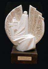 """2001 m. dienraščio """"Panevėžio balsas"""" organizuotoje akcijoje """"Amžiaus panevėžiečiai"""" G. Petkevičaitė-Bitė Panevėžio miesto gyventojų išrinkta iškiliausia XX a. panevėžiete. Šiai nominacijai skirtą skulptoriaus A. Vytėno kūrinį atsiėmė jos vardą turinti Panevėžio apskrities viešoji biblioteka. V. Benašo nuotrauka"""