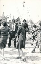 Įkurtuvių naujajame name šventė. Alina Lileikienė (iš kairės 2-a) su svečiais. Stetiškiai (Panevėžys). 1979 m.
