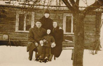 Alina Lileikienė (stovi) su tėvais Stanislovu Skukausku ir Veronika Skukauskienė bei sūnumi Renatu Lileika prie senojo namo Stetiškiuose (Panevėžys). Apie 1970 m. Antano Lileikos nuotrauka