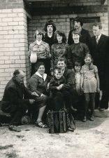 Įkurtuvių naujajame name šventė. Alina Lileikienė (antroje eilėje iš kairės 3-ia) su giminaičiais ir svečiais. Stetiškiai (Panevėžys). 1979 m.