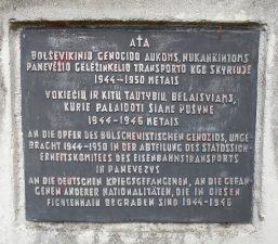 Koplytstulpis, skirtas sovietinio teroro aukų ir Vokietijos karo belaisvių kapams pažymėti. Astos Rimkūnienės nuotrauka