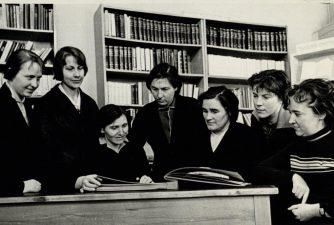 Panevėžio miesto masinės bibliotekos Nr. 1 kolektyvas. Iš kairės: Janina Arelienė, Janina Simniškienė, Stasė Mikeliūnienė, Genovaitė Žirkauskienė, bibliotekos vedėja Kotryna Dičkienė, Asta Navikaitė, Ada Pontežytė. 1965 m.