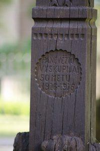 Koplytstulpis, skirtas Panevėžio vyskupijos 50-mečiui. Astos Rimkūnienės nuotrauka