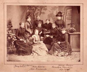 Gabrielė Petkevičaitė-Bitė su bitininkystės kursų dalyvėmis. Nuotraukos autorius J. A. Romaškevičius, 1888 m. Panevėžio kraštotyros muziejus, PKM F 75. www.limis.lt