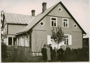 Rašytoja tarp kaimynų. J. Žitkaus nuotrauka, 1938 m. Maironio lietuvių literatūros muziejus, MLLM GEK 22737. www. limis.lt