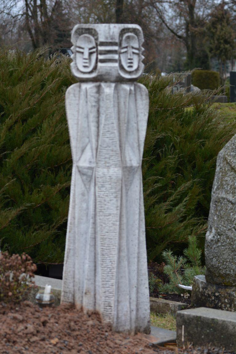 Julijos Rapšienės ir Laimos Rapšytės antkapinis paminklas. Audriaus Mikeliūno nuotrauka