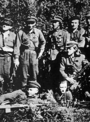 2.D. Vaitelis-Briedis (ketvirtas iš kairės) partizaninės kovos metais. XX a. 5 deš. Nuotrauka iš Panevėžio kraštotyros muziejaus rinkinio