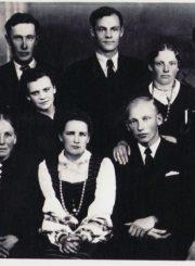 5.D. Vaitelis su žmona Aleksandra (centre) vestuvių dieną. 1941 m. Nuotrauka iš Panevėžio kraštotyros muziejaus rinkinio