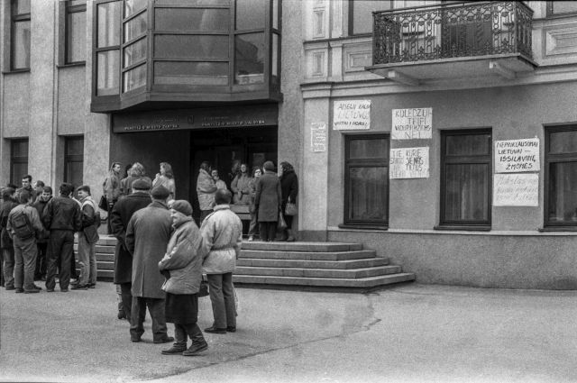 1.KTU Panevėžio fakulteto studentų piketas prieš Panevėžio miesto tarybos priimtą sprendimą nesteigti kolegijos. 1992 m. kovo 30 d. Nuotrauka iš Panevėžio kraštotyros muziejaus rinkinių