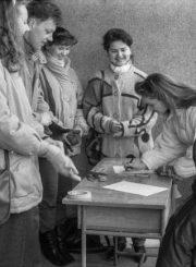 2.Renkami parašai atšaukti priimtą sprendimą. 1992 m. kovo 30 d. Nuotrauka iš Panevėžio kraštotyros muziejaus rinkinių