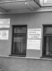 3.Kolegijos steigimą palaikantys plakatai. 1992 m. kovo 30 d. Nuotrauka iš Panevėžio kraštotyros muziejaus rinkinių
