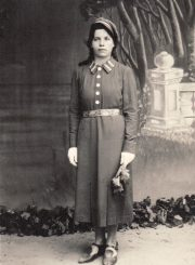 2.Mergina pavasarininkės uniforma. XX a. 4 deš. Nuotrauka iš V. Višniausko archyvo