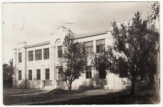 1.Pastatas, kuriame 1941–1943 m. veikė Prekybos mokykla. XX a. 4 deš. Nuotrauka iš privačios kolekcijos