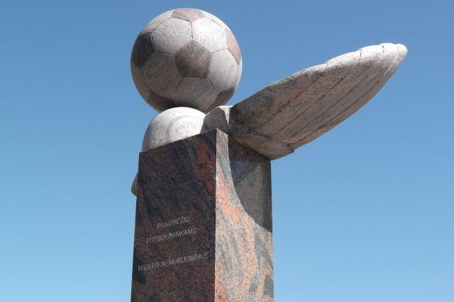"""1. Skulptūra """"Panevėžio futbolininkams"""". Aut. Vytautas Tallat-Kelpša. L. Kaziukonio nuotrauka"""
