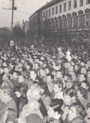 1.Aikštėje prie Panevėžio dramos teatro susirinkusi panevėžiečių minia laukia tautinės trispalvės pakėlimo. Nuotrauka iš Panevėžio kraštotyros muziejaus rinkinių