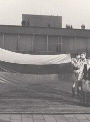 2.Katedroje pašventinta ir jaunimo į aikštę atnešta trispalvė. Nuotrauka iš Panevėžio kraštotyros muziejaus rinkinių