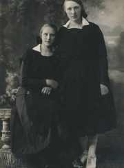 Panevėžio mokytojų seminarijos moksleivės seserys Aleksandra ir Felicija Šilgalytės. Fotogr. I. Frido. Panevėžys. 1924 m. PAVB F80-691