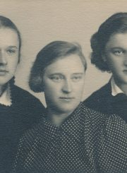 Aleksandra Šilgalytė su dukterėčiomis Valerija ir Liucija Žitkevičiūtėmis. Fotogr. J. Žitkaus. Panevėžys. Apie 1936 m. PAVB F80-693