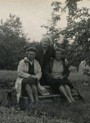 Elena Gabulaitė, Aleksandra Šilgalytė ir Elena Bujokaitė-Švelnienė poetės Salomėjos Nėries tėviškėje Kiršuose (Vilkaviškio r.). 1968 m. PAVB F9-1334