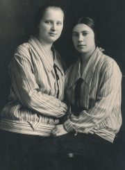 Pradinės mokyklos prie Kauno jėzuitų gimnazijos mokytojos Aleksandra Šilgalytė ir Bronė Aleksandravičiūtė-Grinienė. Kaunas. 1926 m. PAVB F80-705