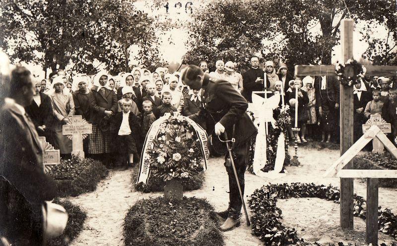 1.Vainiką deda Algirdo pulko kuopos vadas A. Butkevičius. 1930 m. Nuotrauka iš Panevėžio kraštotyros muziejaus rinkinio