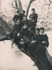 Panevėžio lenkų gimnazijos V klasės moksleivės prie Nevėžio. Kairėje sėdi Halina Moigytė. Panevėžys. 1931 m. PAVB F96-304