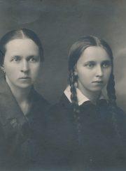 Panevėžio valstybinės gimnazijos moksleivė Vanda Tomašauskaitė (vėliau Frankienė-Vaitkevičienė) su motina Emilija Tomašauskiene. [Panevėžys. Apie 1925 m.]. PAVB F8-728