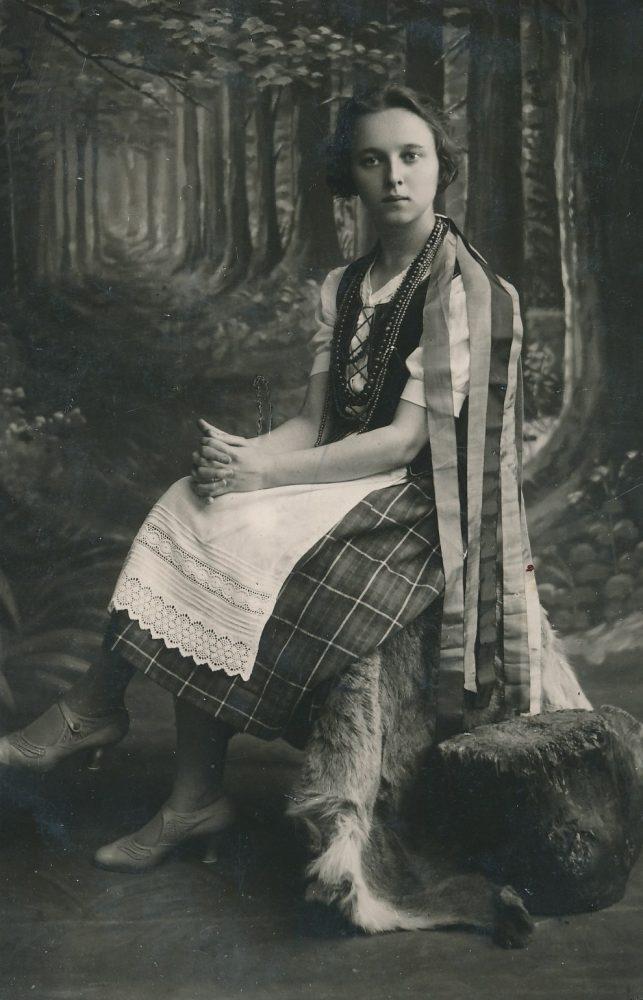 Panevėžio valstybinės gimnazijos moksleivė Vanda Tomašauskaitė (vėliau Frankienė-Vaitkevičienė) su tautiniais rūbais. Panevėžys. 1927 m. PAVB F8-729