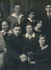 Panevėžio lenkų gimnazijos VIII klasės moksleiviai su mokytojais A. Zuhr, H. Losowska, M. Lukoševičiumi. Fotoateljė J. Žitkaus ir J. Pauros. Panevėžys. 1932 m. PAVB F96-180
