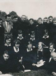Panevėžio lenkų gimnazijos moksleiviai su mokytoju Jonu Vaičiu. Panevėžys. 1934 m. PAVB F96-305