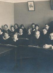 Panevėžio lenkų gimnazijos moksleiviai su gimnazijos direktoriumi I. Pereščaku. Fotoateljė J. Žitkaus ir J. Pauros. Panevėžys. 1933 m. PAVB F96-181