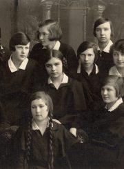 Panevėžio lenkų gimnazijos VI klasės moksleivės. Centre sėdi I. Moigytė. Fotogr. J. Pauros. Panevėžys. 1931 m. PAVB F96-174-1