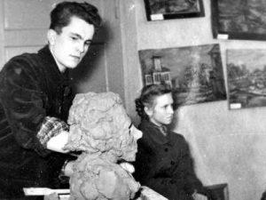Petras Čiplys Alberto Stepankos studijoje. 1958 m. Nuotrauka iš Lietuvos valstybės centrinio archyvo fondų