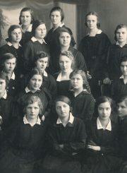 Panevėžio mokytojų seminarijos II a kurso moksleivės. Viršutinėje eilėje iš kairės 2-a – Emilija Šukytė. Panevėžys. 1927.05.05. PAVB F116-61-1